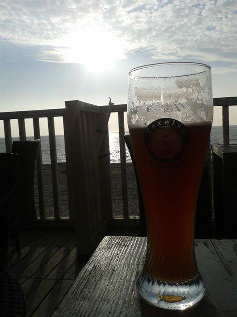 Onder het genot van een Texels Skuumkoppe, genieten van de zonsondergang op onze laatste avond...